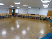 … und Platz für 120 Personen in Stuhlreihen, 70 mit Tischen