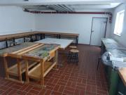 Für Bastelarbeiten mit Gips, Farbe oder Holz steht der Werkraum im UG zur Verfügung